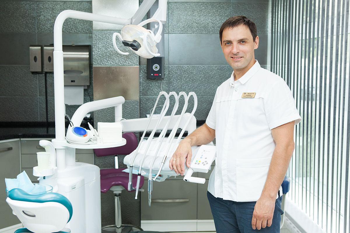 Терапевт Евгений Семенов проводит предварительную диагностику